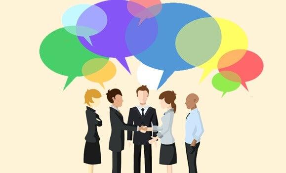 personas hablando representando los cuadrantes de Stephen Covey