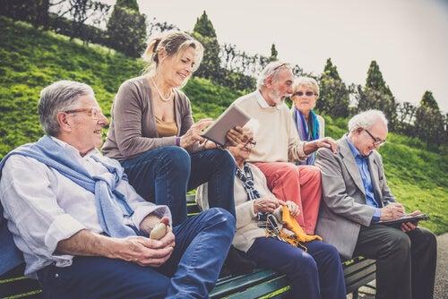 Personas mayores reunidas al aire libre