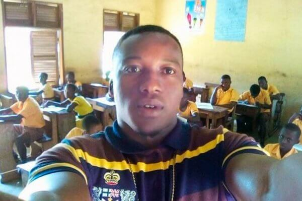 Profesor de Ghana dando clase