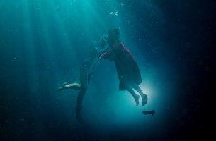 Protagonistas de la forma del agua besándose
