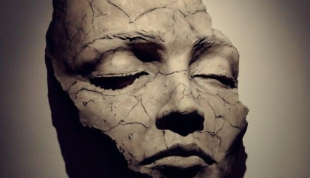 Máscara fragmentada representando la fragilidad emocional