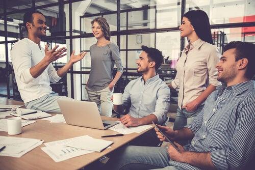 Trabajador con engagement en el trabajo hablando con sus compañeros
