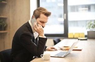 Trabajador hablando por teléfono para representar el absentismo laboral