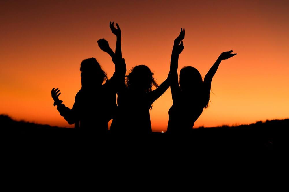 amigas al amanecer simbolizando los tres tipos de amistad