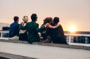 Amigos sentados viendo el atardecer