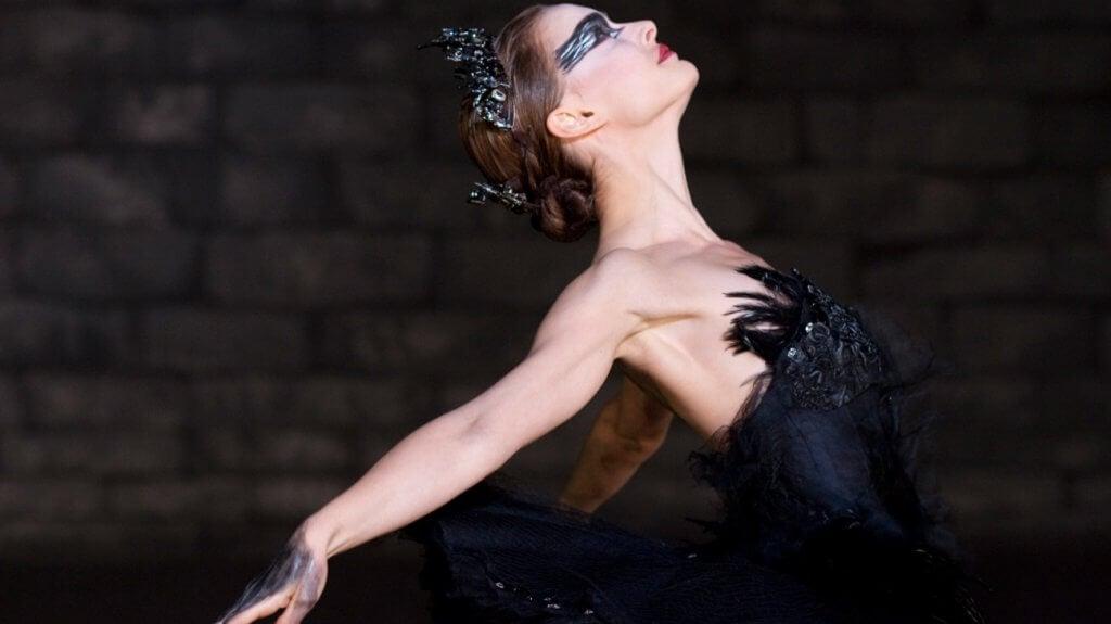 Bailarina de ballet haciendo de cisne negro