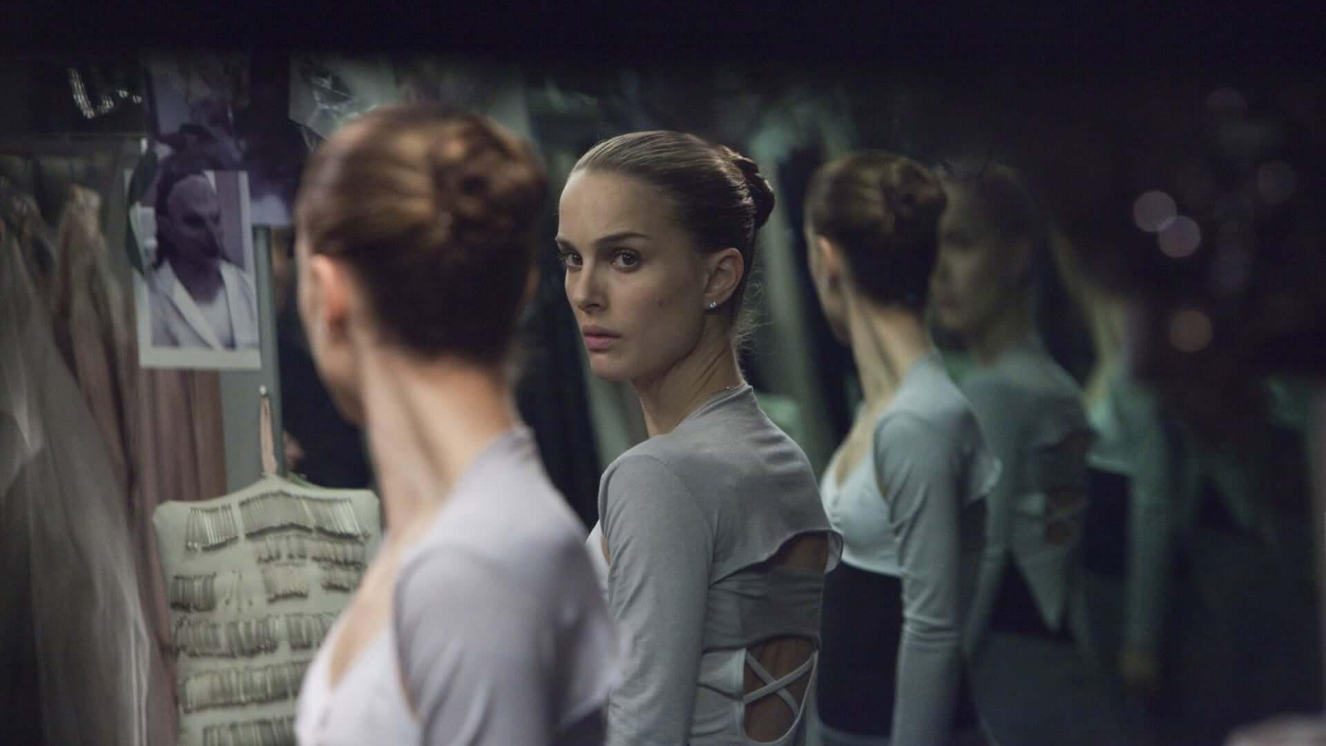 Bailarina mirándose en espejos