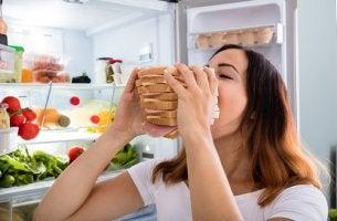 Chica comiendo sandwich por hambre por ansiedad