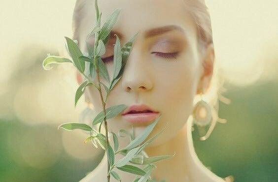 chica con planta en el rostro representando los beneficios de la salvia