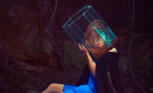 mujer con cubo en la cabeza que intenta expresa las emociones
