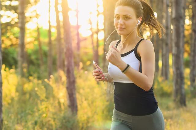 Chica corriendo al aire libre