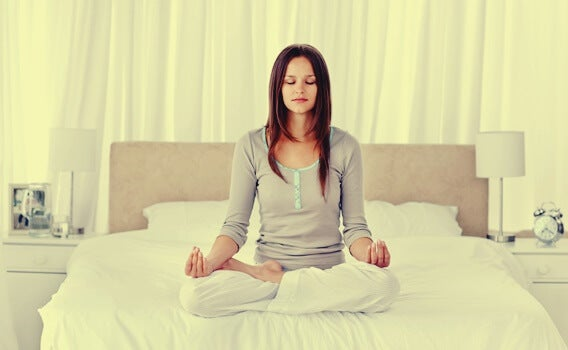 Chica practicando técnicas de relajación para dormir mejor