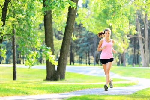 Chica joven haciendo ejercicio