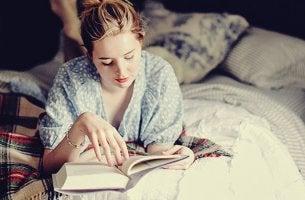 chica que disfruta de leer antes de dormir