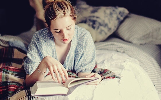Leer antes de dormir: una costumbre que le encanta a tu cerebro