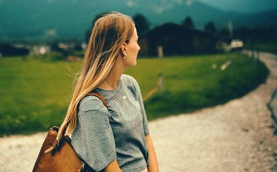 Chica que mira un camino simbolizando cuando dejamos de hablarnos con un familiar