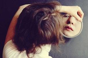 Chica mirándose a espejo representando los Síntomas ocultos de la tristeza