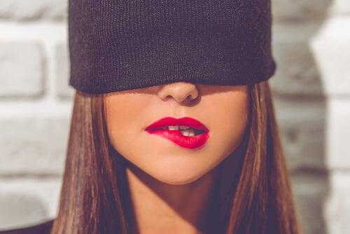 Chica mordiéndose el labio