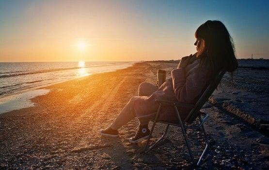 chica en la playa pensando en poner distancia