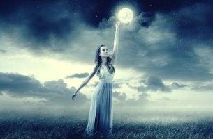 chica tocando la luna simbolizando la teoría de Mark Filippi