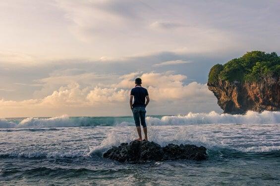 Chico ante mar pensando en los tiempos de calma y los momentos de dificultad