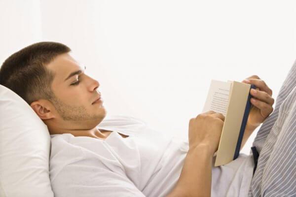 Chico leyendo en la cama