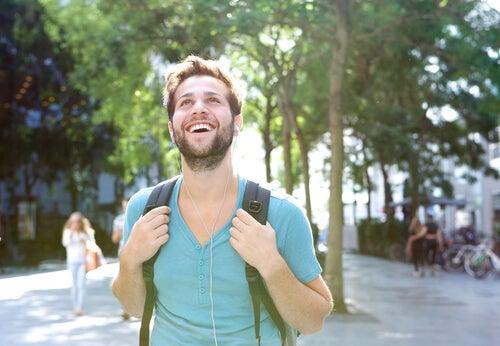 Chico paseando por un parque
