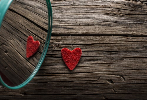 Corazón mirándose a un espejo