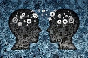 Dos personas mirándose mientras piensan para representar la terapia centrada en soluciones