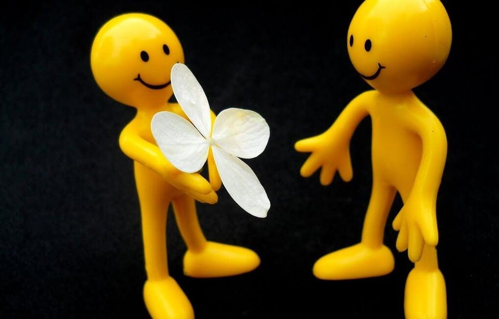 figuras amarillas que muestran manifestaciones de la envidia