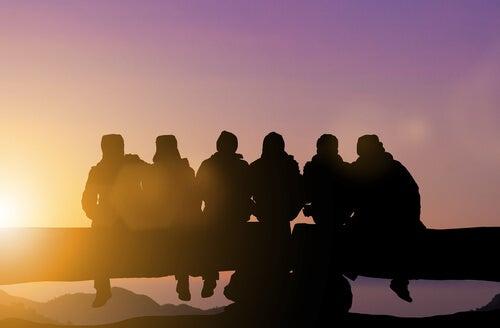 Grupos de amigos sentados de espaldas