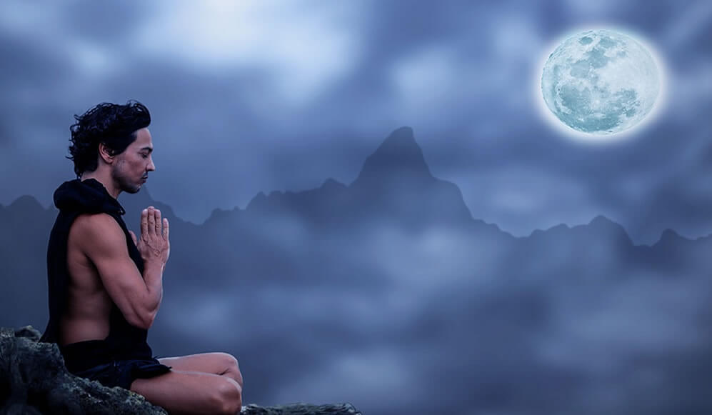 hombre ante la Luna simbolizando la teoría de Mark Filippi
