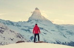 hombre ante una montaña afrontando la adversidad