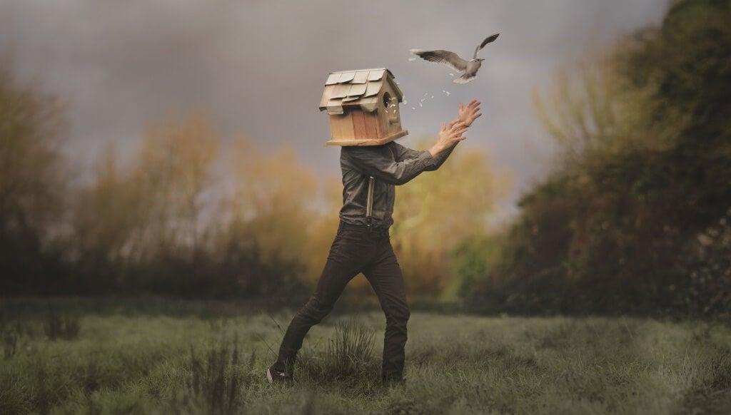 hombre con casa de pájaros en la cabeza simbolizando la reactancia psicológica