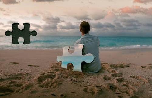 hombre con pieza de puzzle suelta simbolizando el efecto una traición