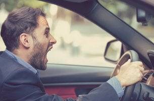 Hombre gritando en el coche para representar la agresividad del conductor