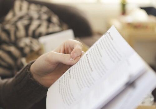 Hombre leyendo información