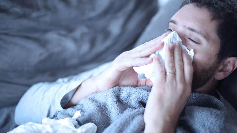 hombre resfriado representando el efectos del estrés sobre tu cuerpo