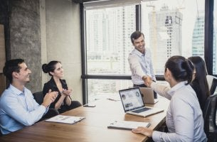Jefe con empleados para representar al líder empático
