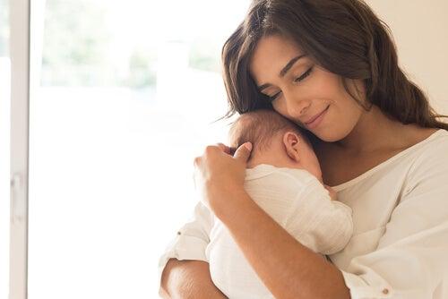 Madre con bebés en brazos simbolizando la necesidad de ser protegido