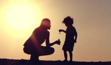 madre con su hijo para representar la empatía en las personas con síndrome de Asperger
