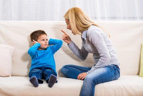 Madre gritando a su hijo como efecto de los tipos de apego