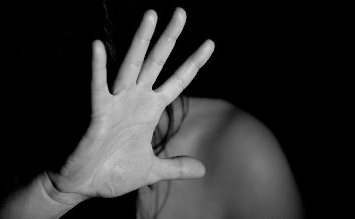 Mujer que sufre violencia machista e indefensión aprendida