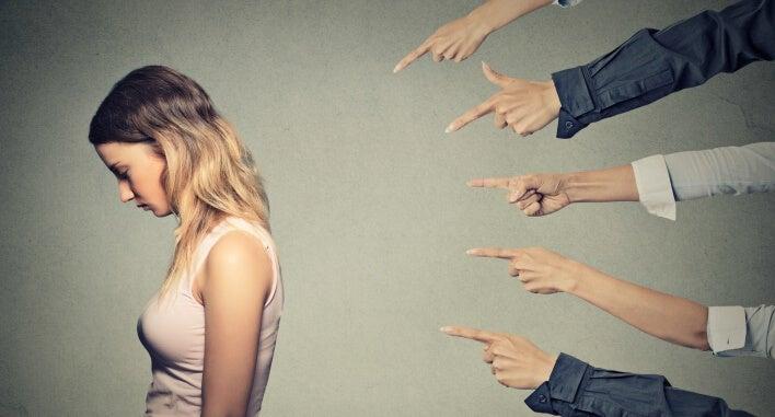 Manos señalando a una chica como efecto de la manipulación inculpatoria