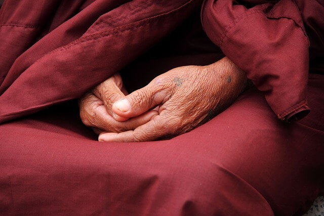 Manos de un monje simbolizando los proverbios filipinos