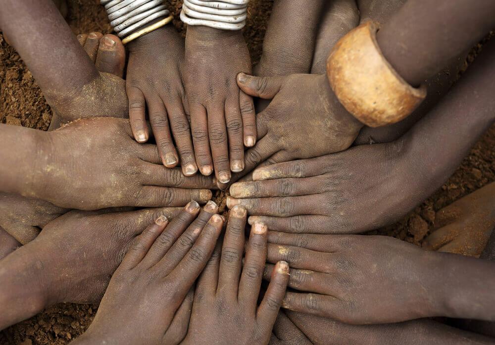 Manos unidas simbolizando el saludo de sawubona