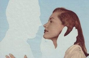 mujer incapaz de dejar a la pareja