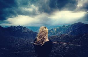 mujer mirando una tormenta representando a una persona autodestructiva