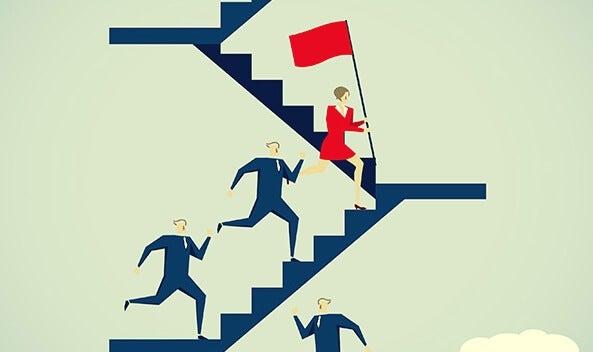 mujer subiendo escaleras simbolizando a las mujeres alfa