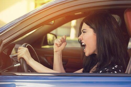 Mujer con agresividad al volante